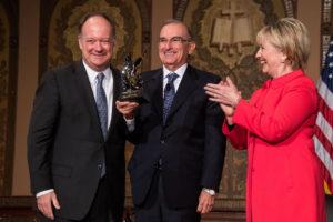 Hillary Clinton presents an award to Mr. De la Calle