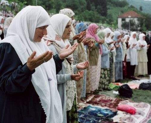 Bosnian women pray