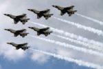 Six Airforce thunderbird planes flying